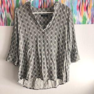🦋 3/$15 Final touch, v-neck black & white blouse